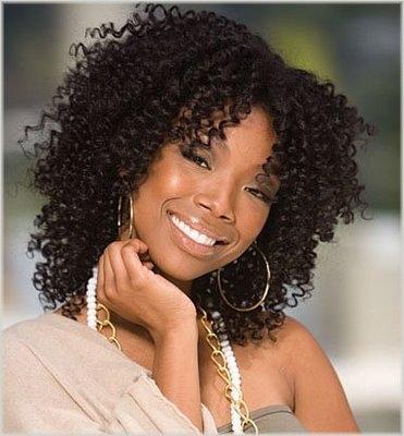 Coiffure de Brandy Brandy cheveux mi-long frisés