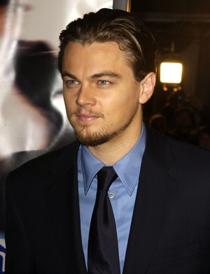 coiffure de leonardo dicaprio cheveux plaqu s en arri re. Black Bedroom Furniture Sets. Home Design Ideas